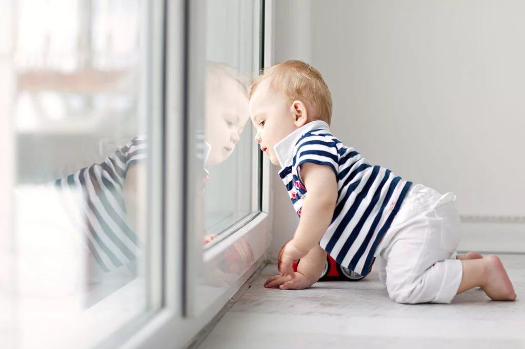 rebenok u okna